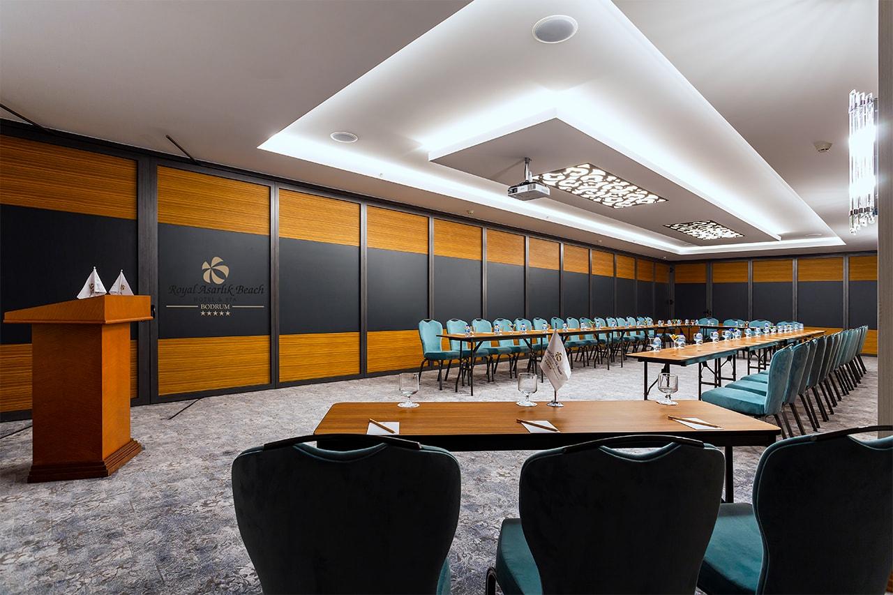 Bodrum Gümüşlük'te yer alan beş yıldızlı otel Royal Asarlık Beach toplantı odası fotoğrafı